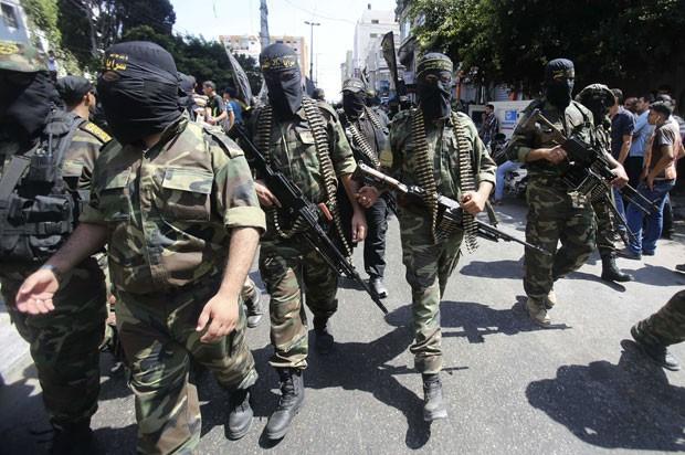 Militantes palestinos da jihad islâmica fazem desfile em Gaza celebrando vitória sobre Israel nesta sexta-feira (29) (Foto: Ibraheem Abu Mustafa/Reuters)