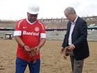 Autor do 1º gol em 69, Claudiomiro planta mudas do gramado (Tomás Hammes / GLOBOESPORTE.COM)