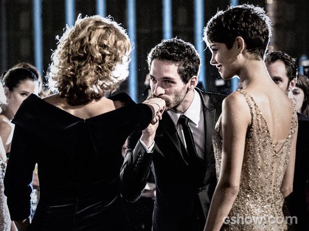 Sedutor, Antonio Gonzalez cumprimenta Angela (Foto: Fábio Rocha / TV Globo)