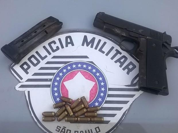 Revólver calibre 380 e 16 munições foram apreendidas (Foto: Divulgação/ PM Avaré)