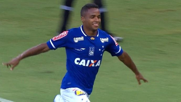Gol do Cruzeiro! Élber marca de cabeça e comemora (Foto: Reprodução/TV Globo Minas)