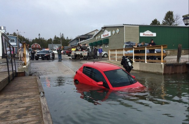 Veículo foi retirado da água na manhã de sexta-feira (Foto: Reprodução/Twitter/Simon Ostler)
