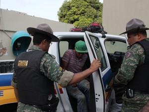 Os dois suspeitos foram levados para a delegacia (Foto: Valdivan Veloso/G1)