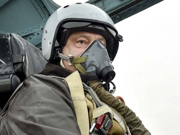 O presidente ucraniano Petro Poroshenko em caça Sukhoi-27 nesta quarta-feira (14) (Foto:  REUTERS/Ukrainian Presidential Press Service/Mykola Lazarenko/Pool )