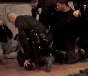 Deitado de costas e já imobilizado, Oscar Grant morreu após levar um tiro do policial Johannes Mehserle (Foto: Reprodução/Youtube)