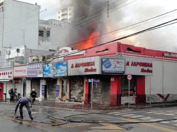 Incêndio atingiu cinco lojas no Centro de Pouso Alegre, MG (Foto: Magson Gomes / EPTV)