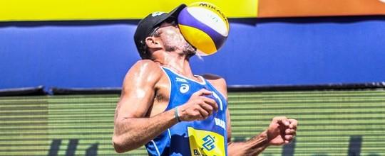 Bolada destrói óculos de jogador brasileiro: veja fotos (FIVB)