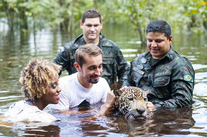 Jaque e Moa nadaram com onça pintada em Manaus (Foto: Michell Melo)