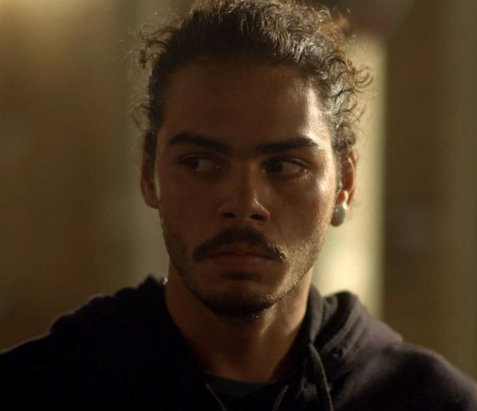 Pedro revela que está fugindo, mas não conta tudo (Foto: TV Globo)