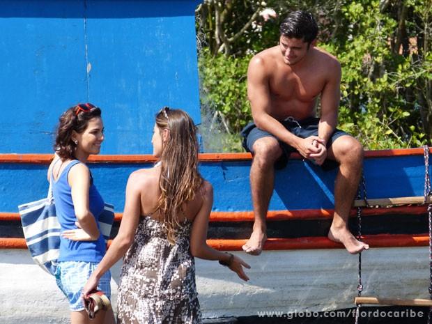 Carol e Juliano são interrompidos pela chegada de Mila  (Foto: Flor do Caribe / TV Globo)