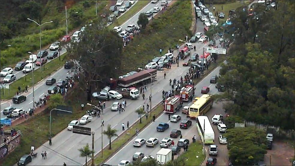 Veículos se envolvem em acidente na BR-356, em BH (Foto: Reprodução/TV Globo)