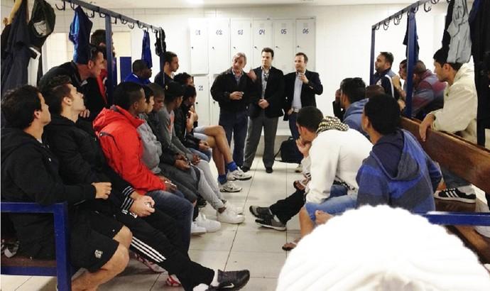 Jogadores do Barueri encontram com membros da Sapesp (Foto: Divulgação/Sapesp)