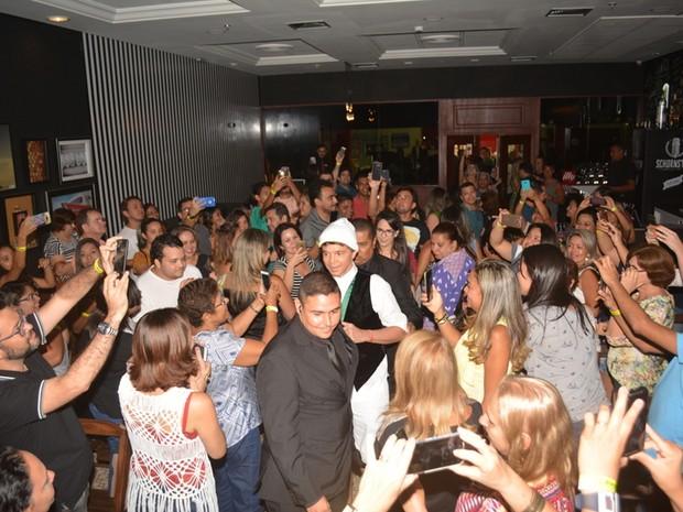 Netinho com fãs em evento em Natal, Rio Grande do Norte (Foto: Felipe Souto Maior/ EGO)