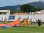 Paraquedista faz pouso no estádio e interrompe jogo da Copinha; Assista