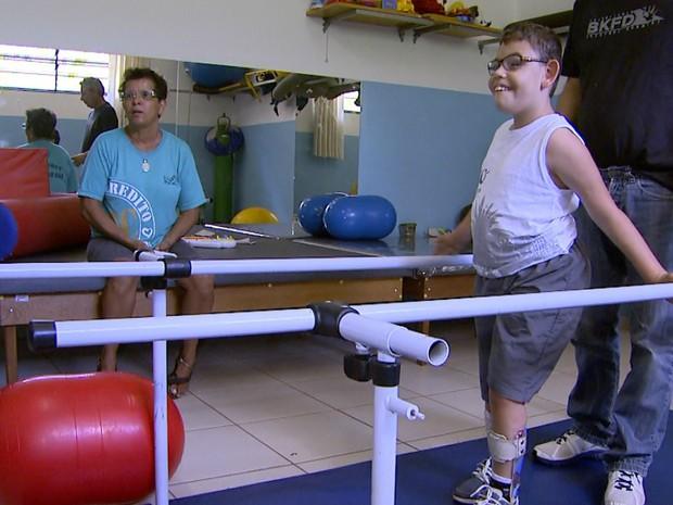 Eva Maria de Laia depende do transporte gratuito para levar o filho à Apae (Foto: Carlos Trinca/EPTV)