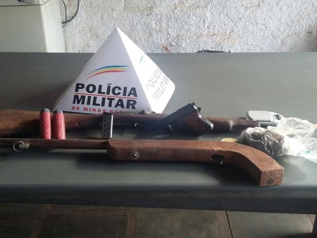 Duas espingardas e uma pistola foram apreendidos (Foto: Polícia Militar/Divulgação)