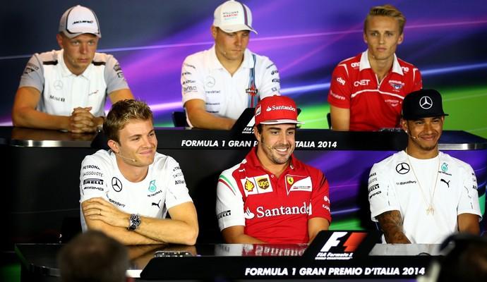 O espanhol Fernando Alonso ficou entre os dois pilotos da Mercedes na coletiva desta quinta-feira (Foto: Getty Images)