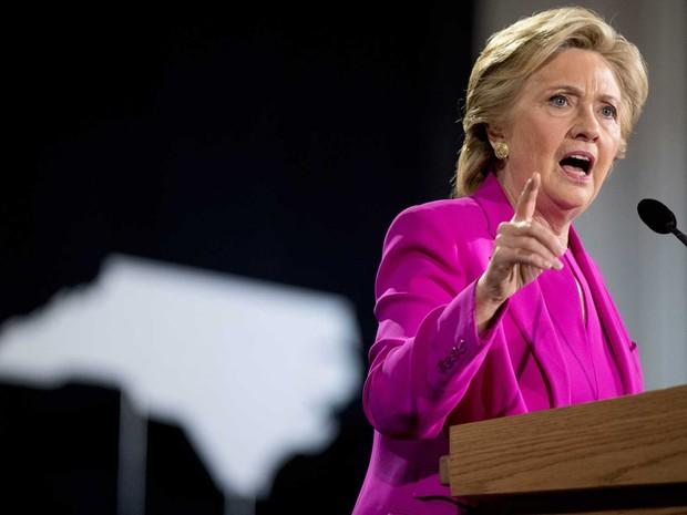 Hillary Clinton discursa em evento de campanha na quinta-feira (3)  (Foto: Andrew Harnik/ AP)