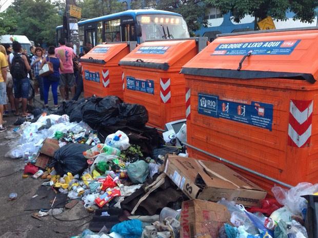 Lixo acumulado próximo ao ponto final do ônibus 555, em Rio das Pedras, na Zona Oeste (Foto: Matheus Rodrigues/G1)