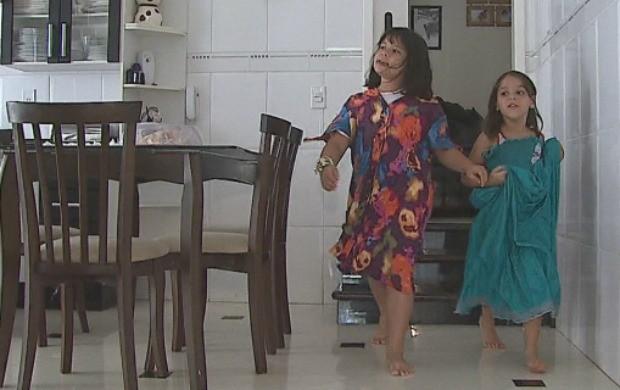 Manu e Maria caminham pela casa imitando os pais (Foto: Reprodução Tv Acre)