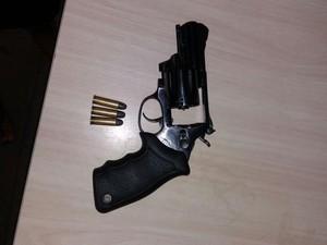 Revólver apreenddio com o suspeito  (Foto: Polícia Militar/Divulgação)