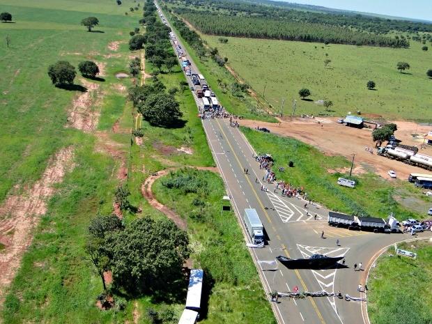 Trabalhadores rurais fazem manifesto em rodovias de MS (Foto: Divulgação/PMA)