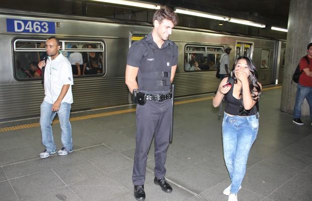 Passageira fica emocionada ao se deparar com o segurança-modelo do metrô de São Paulo (Foto: Nathalia Tavolieri / Época)