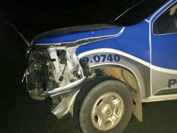 Bandidos lançaram carro contra viatura da PM (Foto: Giro de Notícias)