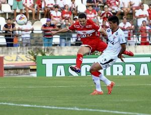 Meia do CRB, Danilo Bueno tenta de longe (Foto: Ailton Cruz/Gazeta de Alagoas)