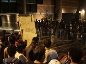 Centenas de manifestantes participam de protesto próximo à residência do governador do Rio de Janeiro, Sérgio Cabral, no Leblon. Policiais fizeram uma barreira em frente ao local. (Foto: Ariel Subirá/Futura Press/Estadão Conteúdo)