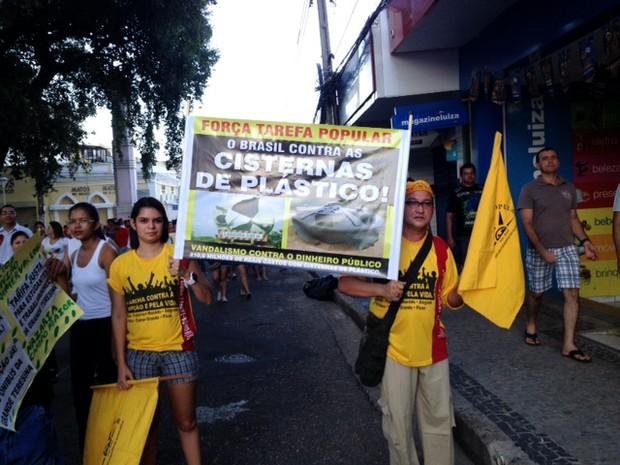 Grupo protestava contras as cisternas de plástico adotadas pelo Governo Federal (Foto: Pedro Santiago/G1)