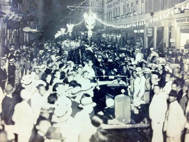 Corso na Rua Chile, em Salvador (Foto: Divulgação/Livro História do Carnaval da Bahia - 130 Anos do Carnaval de Salvador)