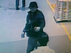 Imagens mostram a ação dos assaltantes dentro da empresa (Foto: Reprodução/ EPTV)