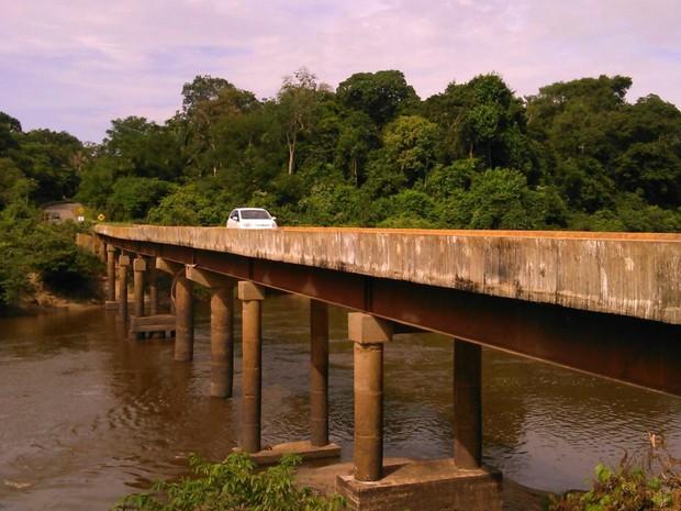 Motoristas temem cair de ponte, que tem 100 metros de extensão (Foto: Daniel Vicente/ Rede Amazônica)