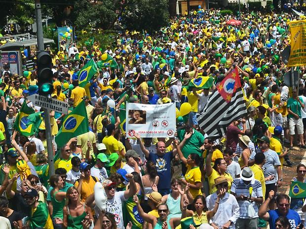 Manifestantes se reuniram na Avenida Independência após caminharem pela Rua Visconde de Inhaúma e pela Avenida Nove de Julho (Foto: Gabriela Castilho/G1)