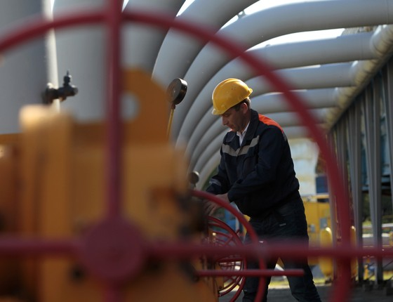 Trabalhador em indústria de gás (Foto: AP Photo/Sergei Chuzavkov)