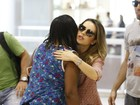 Sandy esbanja simpatia e atende fãs ao embarcar em aeroporto do Rio