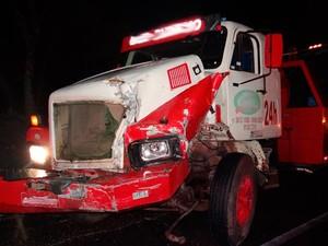 Caminhão-guincho também foi atingido após batida (Foto: Fernandez Fernandes/Blog do Sigi Vilares)