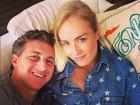 Angélica posa com Luciano Huck em sofá da casa do casal no Rio