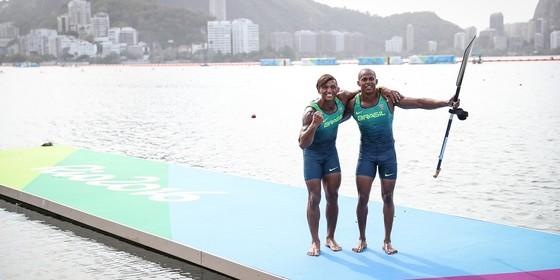 Isaquias e Erlon no píer do Estádio de Remo da Lagoa (Foto: Ricardo Nogueira)