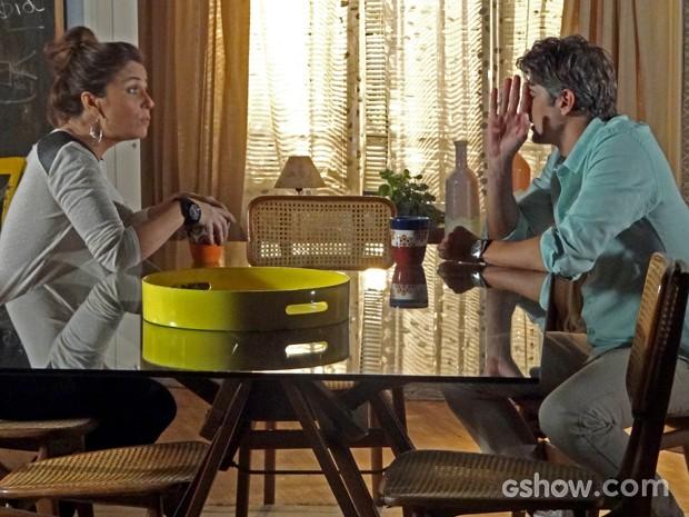 Clara pergunta se Cadu tem caso antigo com Verônica (Foto: Em Família/ TV Globo)