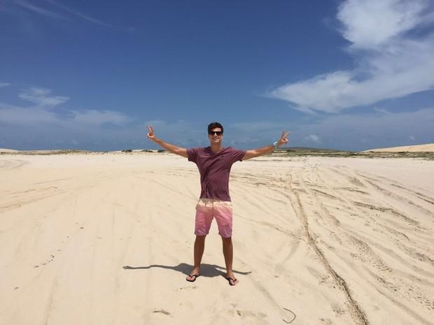 Paulo Dalagnoli nas dunas de Jericoacoara (Foto: Ego )