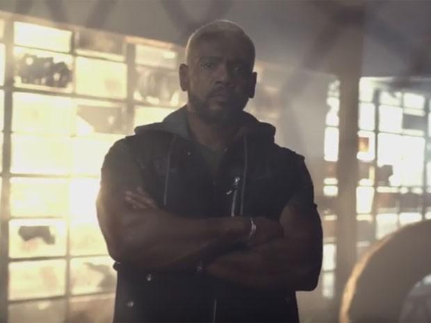 Edi Rock, do Racionais MC's, canta rap em campanha da Caixa (Foto: Reprodução/YouTube)