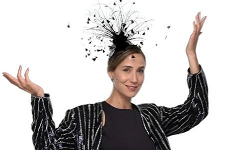 Paola de Orleans mostra como usar o fascinator, peça queridinha de Kate Middleton