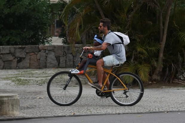 Bruno Gagliasso passeando de bicicleta com a filha, Titi (Foto: Agnews)