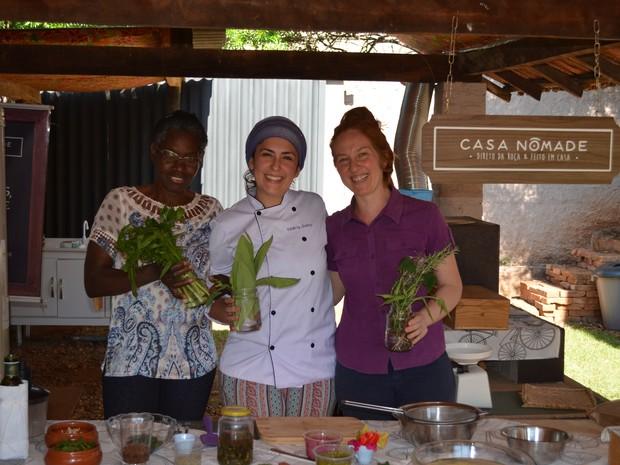 Lourdes, Valeria e Frans são parceiras em um pequeno restaurante PANC em Piracicaba (Foto: Hildeberto Jr./G1)
