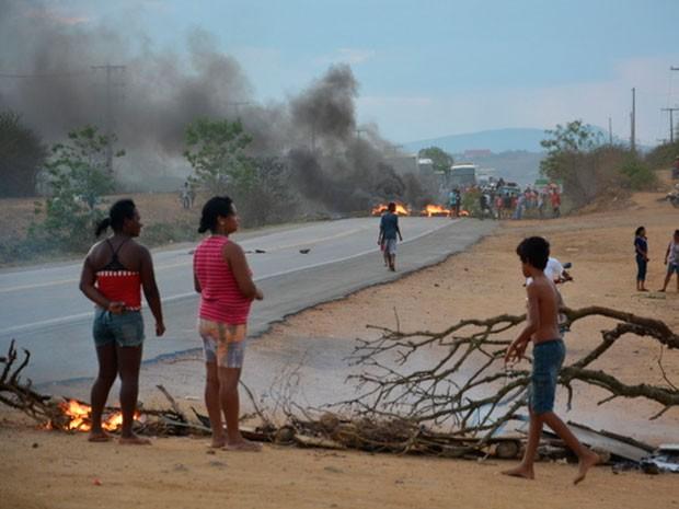 Protesto na BA-262 (Foto: Anderson Oliveira/Blog do Anderson)