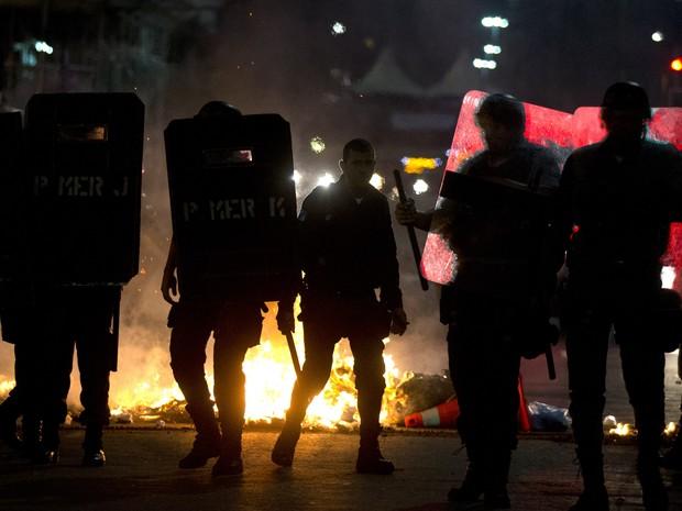 manifestação dos professores foi marcada por mascarados e vandalismo no Rio (Foto: Pilar Olivares/ Reuters)