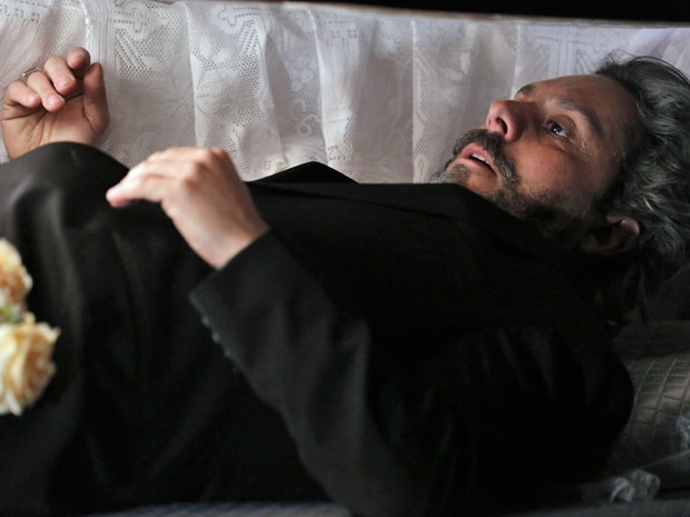 Zé desperta dentro do caixão (Foto: Felipe Monteiro/ Gshow)