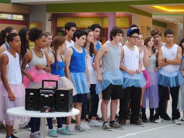 Meninos acabam entrando no clima e vestem tutus de balé (Foto: Malhação / Tv Globo)